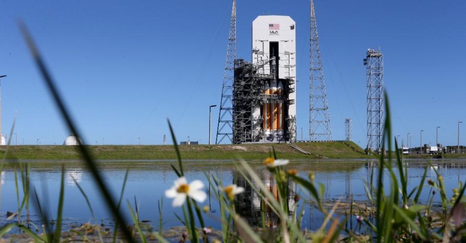 3.dez.2014 - O foguete Delta 4, que carrega a cápsula Orion, é preparado para lançamento às 7h05 desta quinta-feira (10h05 no horário de Brasília). A espaçonave não tripulada dará duas voltas em torno da Terra e alcançará 5.800 quilômetros de altitude, o que é 15 vezes mais distante que o ponto de órbita da ISS (Estação Espacial Internacional). Quando a cápsula espacial retornar à Terra, um navio da Marinha a retirará do oceano