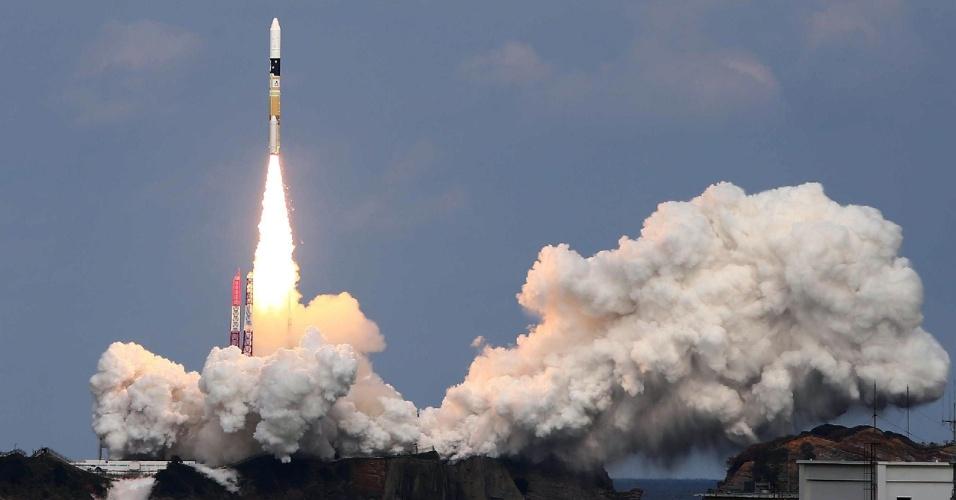 3.dez.2014 - Sonda japonesa Hayabusa2, a bordo do foguete H-IIA, é lançada do Centro de Lançamento de Tanegashima, no sul do país. A missão da sonda é ir até um asteroide, colher amostras e retornar à Terra - seu retorno está marcado para 2020