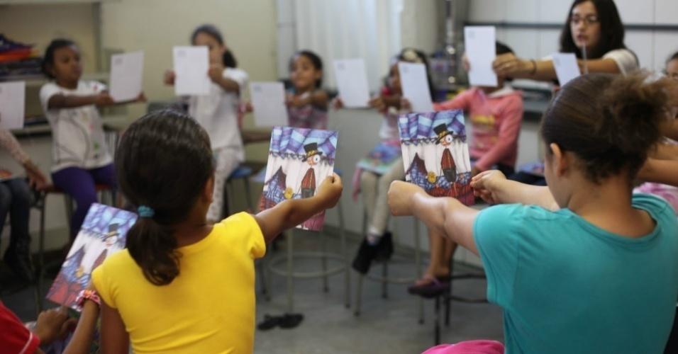 """A artista plástica paulista Carla Douglass, 31, usa seus personagens """"imperfeitos"""" - olhos desproporcionais, pescoços compridos e formas assimétricas - para pregar a tolerância em escolas e instituições públicas e privadas"""