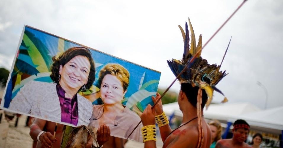 4.dez.2014 - Indígenas das etnias Xerentes, Canela, Javaé e Carajás fazem protesto com uma foto da presidente Dilma Roussef ao lado da senadora Kátia Abreu (PMDB-TO), em frente ao Palácio do Planalto, em Brasília, nesta quinta-feira (4), contra a possível indicação de Kátia para o Ministério da Agricultura e contra a PEC 215, que dá ao Congresso a palavra final sobre a demarcação de terras indígenas