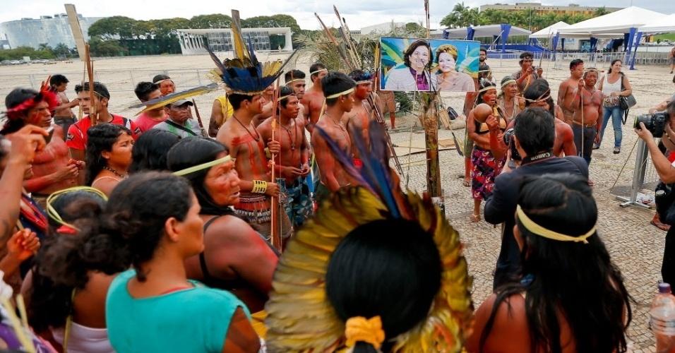 4.dez.2014 - Indígenas das etnias Xerentes, Canela, Javaé e Carajás fazem protesto próximo a uma foto da presidente Dilma Roussef ao lado da senadora Kátia Abreu (PMDB-TO) atingida por flechas, em frente ao Palácio do Planalto, em Brasília, nesta quinta-feira (4), contra a possível indicação de Kátia para o Ministério da Agricultura e contra a PEC 215, que dá ao Congresso a palavra final sobre a demarcação de terras indígenas
