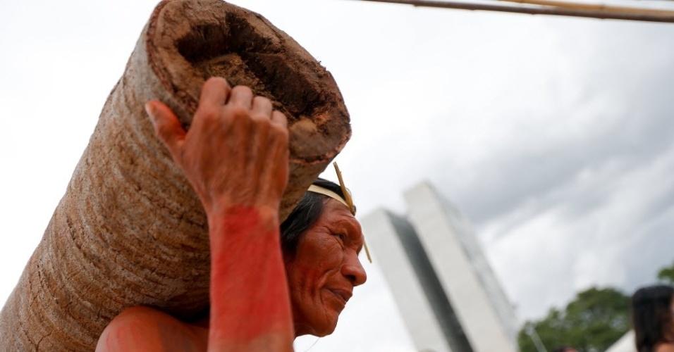 4.dez.2014 - Indígenas das etnias Xerentes, Canela, Javaé e Carajás protestam em frente ao Palácio do Planalto, em Brasília, nesta quinta-feira (4), contra a possível indicação de Kátia para o Ministério da Agricultura e contra a PEC 215, que dá ao Congresso a palavra final sobre a demarcação de terras indígenas