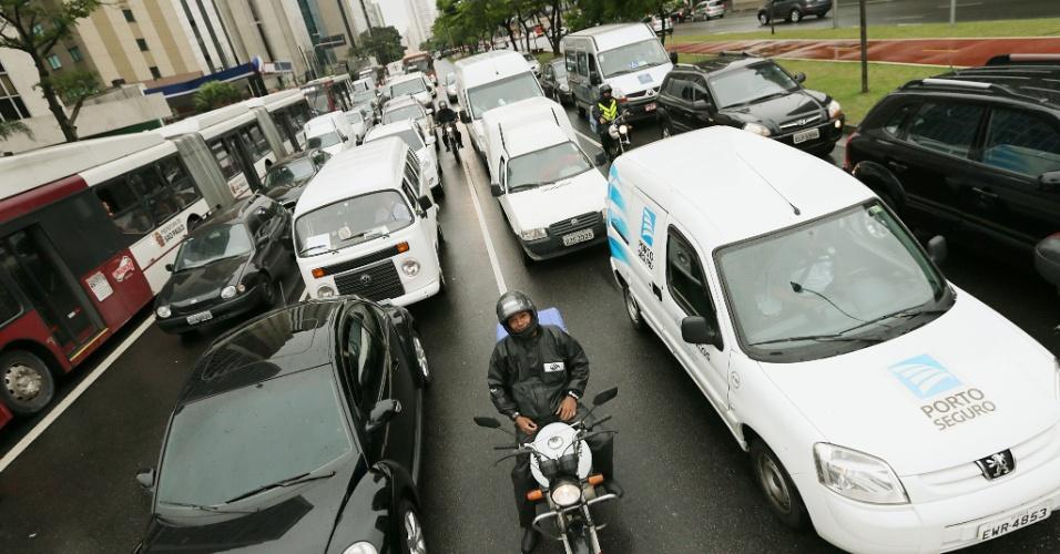 4.dez.2014 - Motoristas enfrentam trânsito intenso na avenida Faria Lima (sentido Moema), na zona oeste de São Paulo, na tarde desta quinta-feira (4). A capital paulista registrava às 15h30 desta de hoje 93 km de lentidão. O índice, segundo a CET (Companhia de Engenharia de Tráfego), é considerado acima da média para o horário, que varia de 28 km a 60 km. A tendência para as próximas horas é que o trânsito em São Paulo continue a se intensificar devido às chuvas