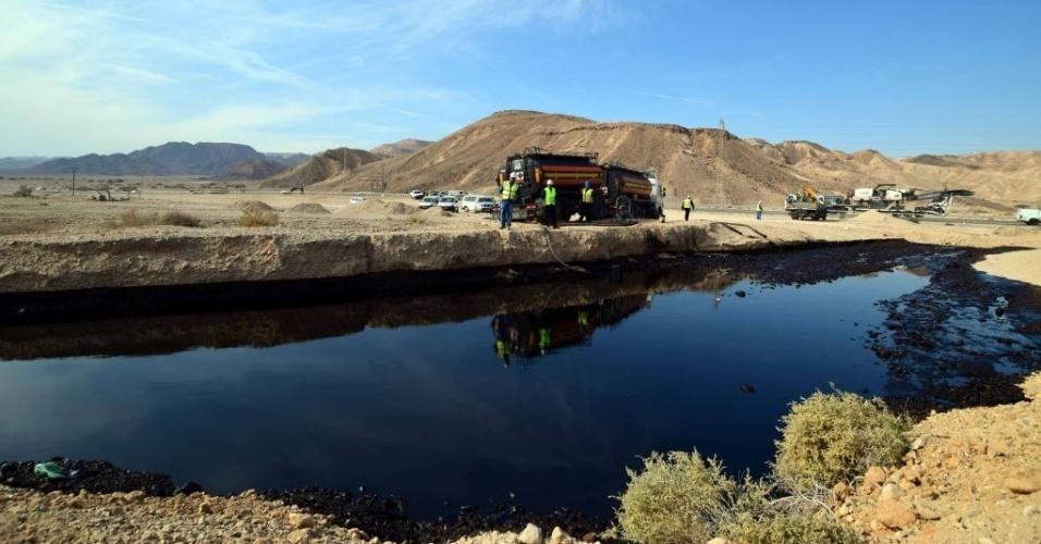 4.dez.2014 - Trabalhadores ambientais inspecionaram nesta quinta-feira (4) os danos no solo após a ruptura de um oleoduto que derramou milhares de metros cúbicos de petróleo na noite de quarta-feira (3) no deserto do sul de Israel, perto da fronteira com a Jordânia