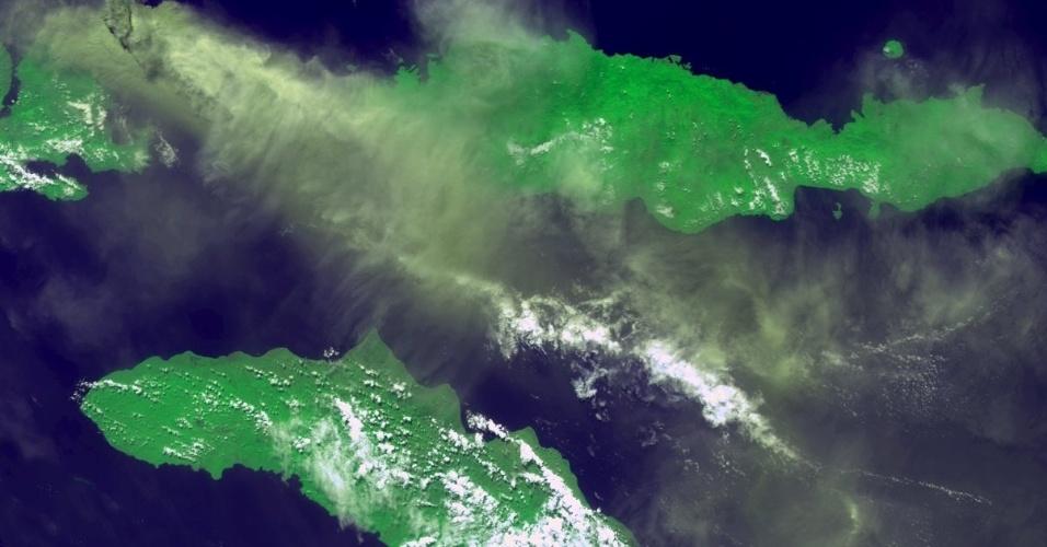4.dez.2014 - Imagem obtida por satélite da ESA (agência espacial europeia) no dia 31 de maio mostra cinzas e dióxido de carbono na atmosfera devido à erupção do vulcão Sangeang Api, na ilha de Sangeang, na Indonésia