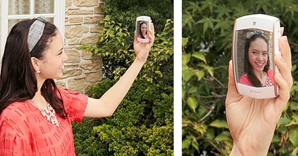 5.dez.2014 - A EX-MR1, da Casio, é uma câmera especializada em selfies. O produto possui uma lente de 14 megapixels na frente, que fica escondida atrás de um espelho. Voltado para o público feminino, ele está disponível nas cores branco, rosa e verde. O preço sugerido é US$ 330 (cerca de R$ 850), mas por enquanto o gadget só pode ser encontrado em Hong Kong, China