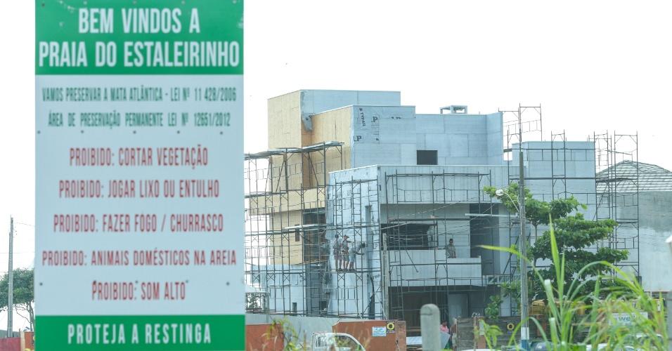 08.dez.2014 - Um imóvel em construção do senador Alvaro Dias (PSDB-PR) na praia do Estaleirinho, em Balneário Camboriú (80 km de Florianópolis), invadiu uma Área de Preservação Permanente (APP) --que pertence à União-- e destruiu vegetação nativa, conforme aponta relatório produzido por um órgão da Secretaria de Segurança e Defesa Social do município