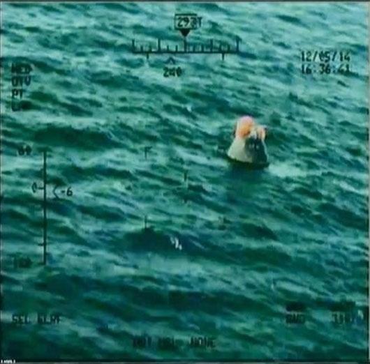 """5.dez.2014 - A cápsula Orion, que foi lançada pela Nasa (agência espacial americana) nesta sexta-feira (5), já pousou no oceano Pacífico, na costa da Flórida, depois de realizar seu primeiro voo de testes. A nave é a primeira cápsula americana projetada para levar seres humanos ao espaço exterior desde as missões Apolo, que há quatro décadas transportaram o homem à Lua. """"Lá está sua espaçonave, América"""", disse Rob Navias, comentarista da Nasa, enquanto imagens aéreas mostravam, ao vivo, a cápsula no oceano Pacífico"""