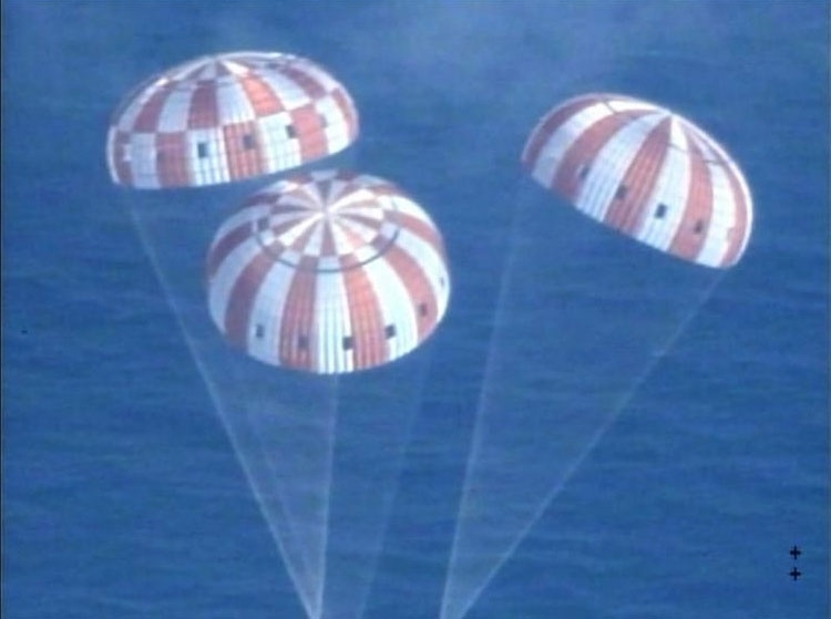"""5.dez.2014 - A cápsula Orion, que foi lançada pela Nasa (agência espacial americana) nesta sexta-feira (5), já pousou no oceano Pacífico, na costa da Flórida, depois de realizar seu primeiro voo de testes. A nave é a primeira cápsula americana projetada para levar seres humanos ao espaço exterior desde as missões Apolo, que há quatro décadas transportaram o homem à Lua. """"Lá está sua espaçonave, América"""", disse Rob Navias, comentarista da Nasa, enquanto imagens aéreas mostravam, ao vivo, a cápsula pairando no ar com três paraquedas, enquanto se aproximava da água"""