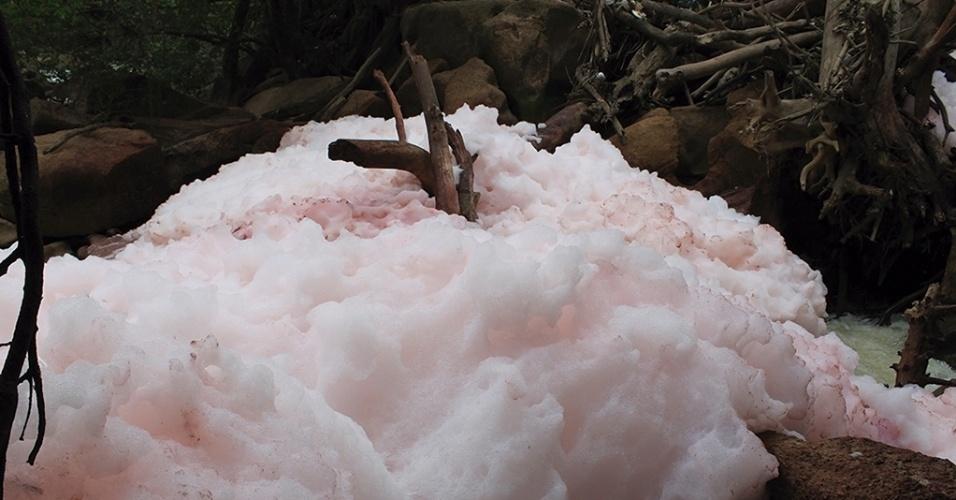 5.dez.2014 - A comissão formada por vereadores para apurar as causas da formação de espuma rosa no rio Jundiaí comunicou a Secretaria Municipal do Meio Ambiente e a Cetesb (Companhia de Tecnologia de Saneamento AmbientalCompanhia de Tecnologia de Saneamento Ambiental). Semanas antes, uma água preta no rio Tietê provocou a morte de toneladas de peixes em Salto, no interior de São Paulo