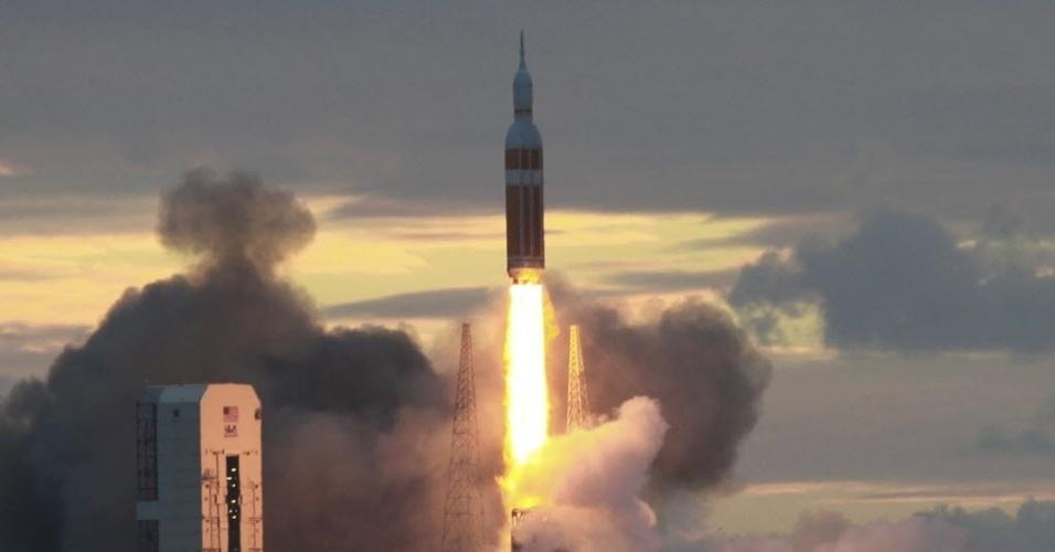 5.dez.2014 - Foguete Delta 4, que carrega a cápsula Orion, é lançado pela Nasa (agência espacial americana) da plataforma em Cabo Canaveral, na Florida. O lançamento da cápsula, que estava marcado para às 7h05 de quinta-feira (10h05 no horário de Brasília), precisou ser adiado para sexta-feira devido à problemas técnicos. A espaçonave não tripulada dará duas voltas em torno da Terra e alcançará 5.800 quilômetros de altitude, o que é 15 vezes mais distante que o ponto de órbita da ISS (Estação Espacial Internacional). Quando a cápsula espacial retornar à Terra, um navio da Marinha a retirará do oceano