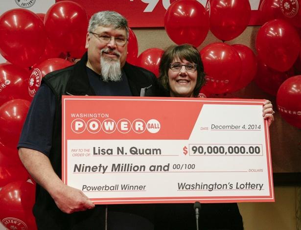Lisa Quam e seu marido, Everett, seguram o cheque de US$ 90 milhões em Olympia, Washington - Washington State Lottery/Divulgação/Reuters