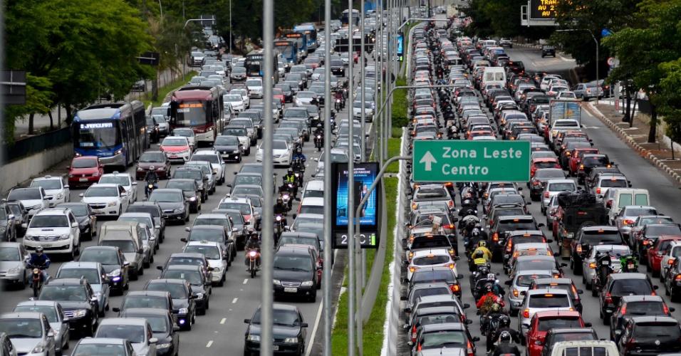 5.dez.2014 - Motoristas enfrentam tráfego congestionado nos dois sentidos da avenida 23 de Maio (ligação norte-sul), na altura do viaduto Tutoia, na zona sul de São Paulo, no início da noite desta sexta-feira (5)