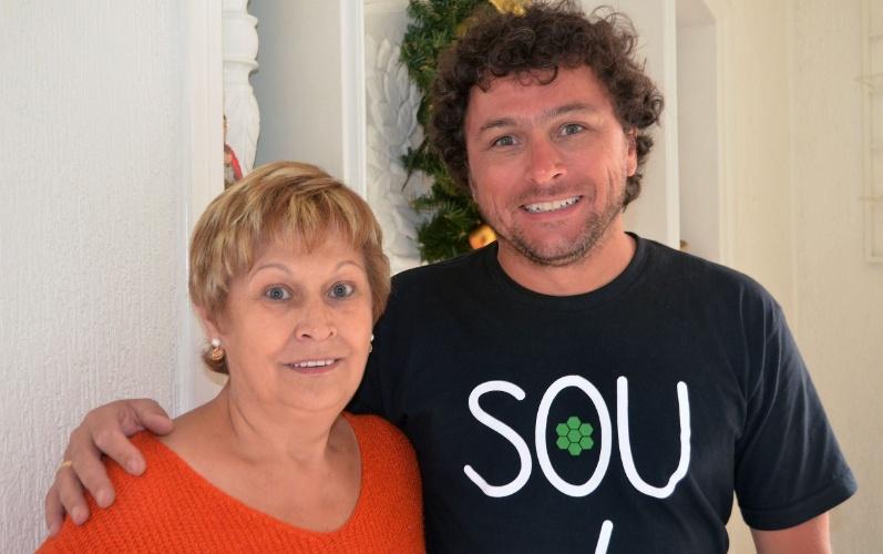 O fundador da franquia Nação Verde, Ricardo Cruz, ao lado da mãe, dona Nanci