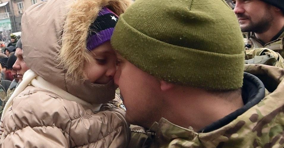 06.dez.2014 - Familiares e apoiadores recepecionam em Kiev, na Ucrânia, batalhão de voluntários que participaram de operação contra grupos terroristas no leste do país