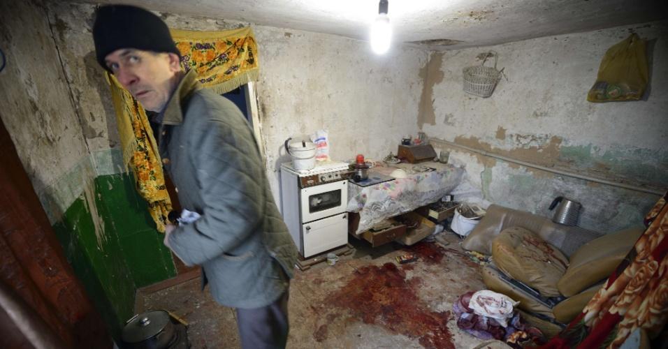 06.dez.2014 - Homem mostra casa em Donetsk, no leste da Ucrânia, onde um parente dele morreu após ser ferido por estilhaços. A região é controlada por rebeldes pró-Rússia