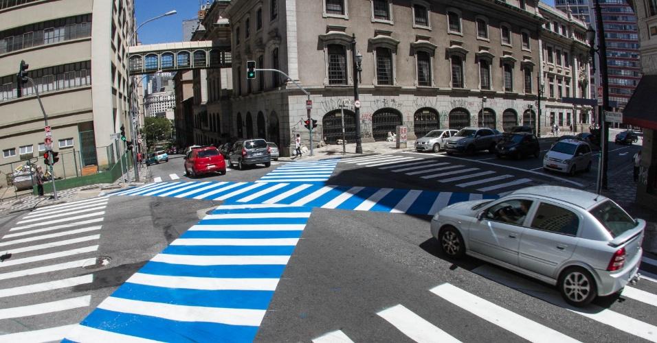 06.dez.2014 - Novas faixas de pedestres em