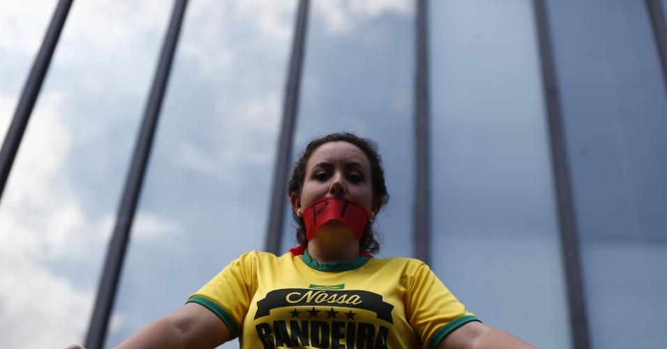 6.dez.2014 - Manifestante pede o impeachment da presidente reeleita Dilma Rousseff em protesto na Avenida Paulista