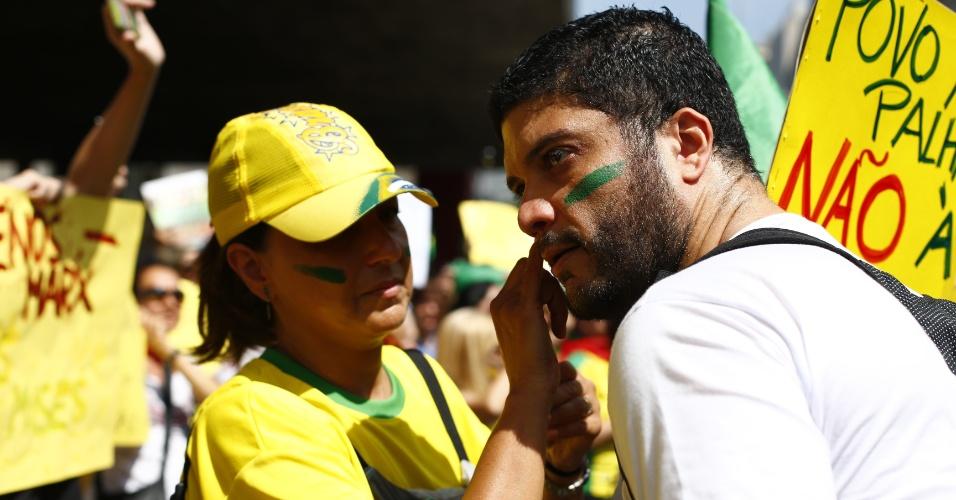 6.dez.2014 - Manifestante pinta o rosto durante ato na Avenida Paulista contra a presidente reeleita Dilma Rousseff