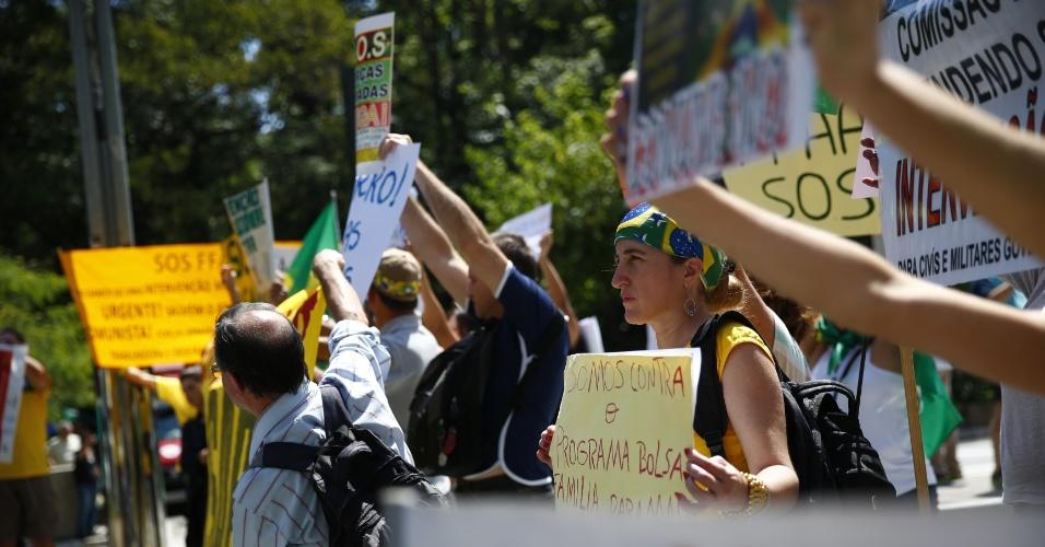 6.dez.2014 - Manifestantes se reúnem na Avenida Paulista para pedir o impeachment da presidente reeleita Dilma Rousseff