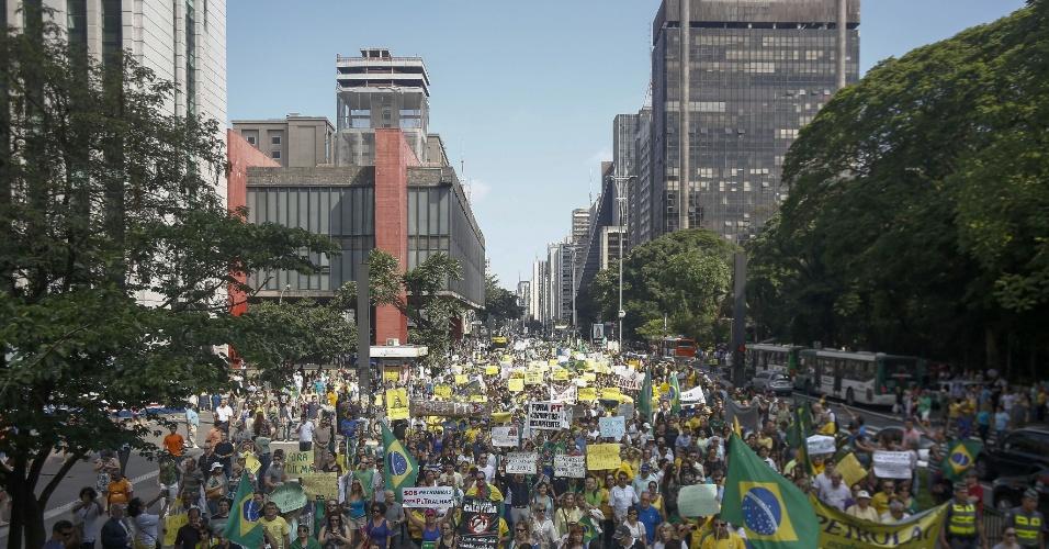 6.dez.2014 - Manifestantes se reúnem na Avenida Paulista para pedir o impeachment da presidente reeleita Dilma Rousseff. Segundo a assessoria de imprensa da Polícia Militar, a concentração do protesto no Vão Livre do Masp, na avenida Paulista, reuniu cerca de 800 pessoas. O número de manifestantes, no entanto, aumentou ao longo da caminhada