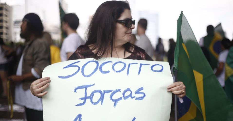 6.dez.2014 - Manifestantes se reuniram na Avenida Paulista para pedir o impeachment da presidente reeleita Dilma Rousseff. Algumas pessoas traziam também cartazes pedindo a intervenção militar no país