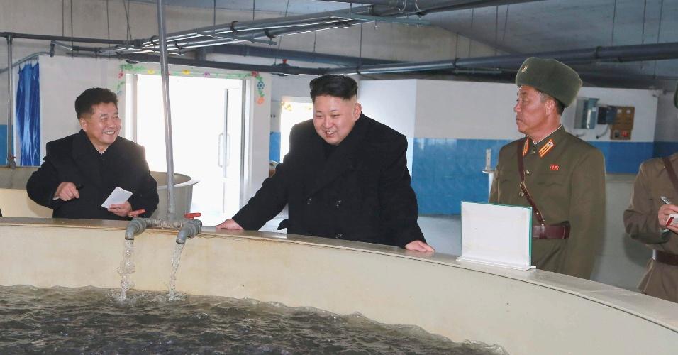 6.dez.2014 - O líder norte-coreano Kim Jong-un visita fazenda de exploração agrícola em foto sem data divulgada neste sábado peloa KCNA (Agência Central de Notícias da Coreia do Norte), em Pyongyang