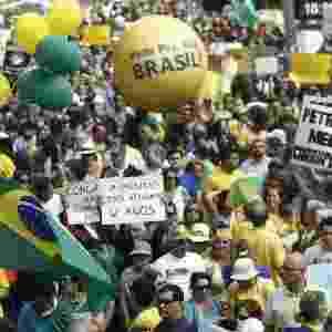 6.dez.2014 - O senador Aécio Neves (PSDB-MG) e outros líderes da oposição ao PT no Congresso gravaram vídeos convocando pessoas a comparecerem ao protesto contra o governo e a presidente Dilma Rousseff - Miguel Schincariol/AFP