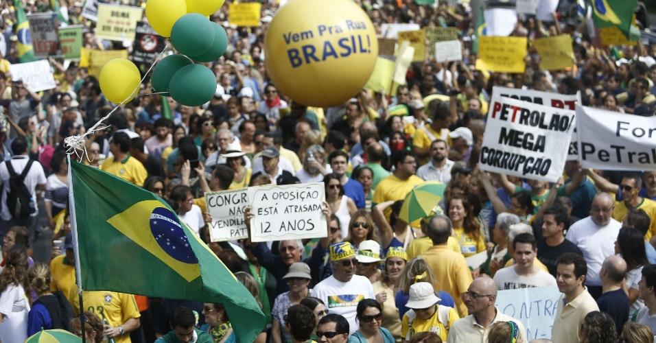 6.dez.2014 - O senador Aécio Neves (PSDB-MG) e outros líderes da oposição ao PT no Congresso gravaram vídeos convocando pessoas a comparecerem ao protesto contra o governo e a presidente Dilma Rousseff