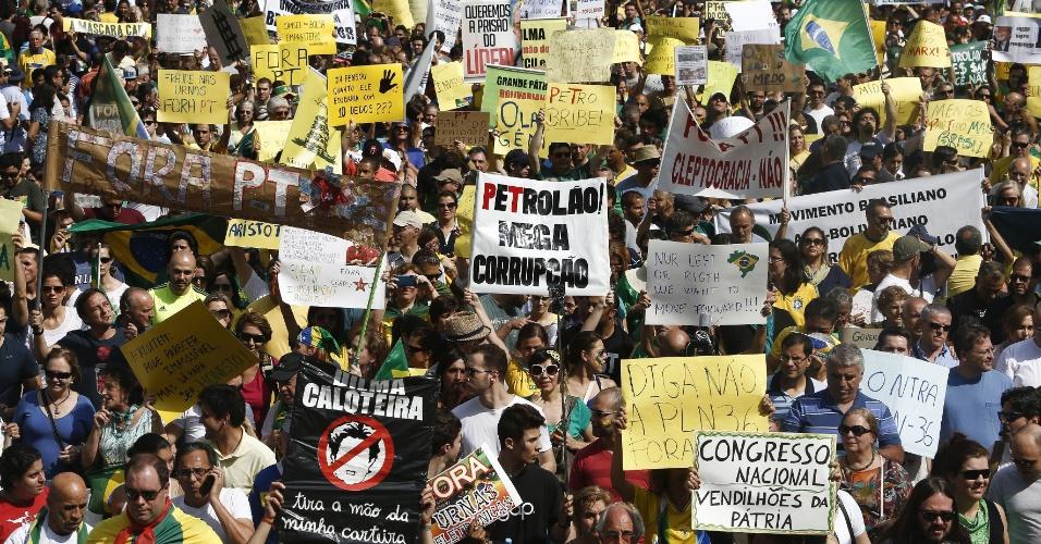 6.dez.2014 - Os manifestantes levavam cartazes contra a corrupção, de apoio a Sergio Mouro, juiz responsável pelo processo da Operação Lava a Jato na primeira instância, e de condenação à aprovação do projeto que autorizou o governo a descumprir a meta fiscal