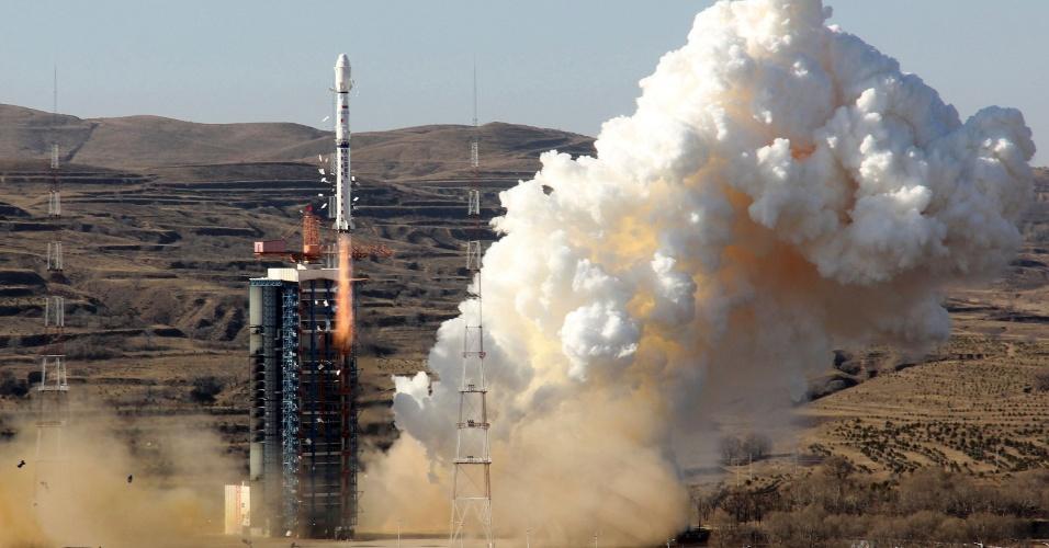 7.dez.2014 - Desenvolvido por Brasil e China, o satélite CBERS-4 foi lançado com sucesso neste domingo (7) da base espacial de Taiyuan, no nordeste da China, um ano depois de a tentativa de envio ao espaço da versão anterior, o CBERS-3, ter fracassado devido a uma falha no foguete que o transportava