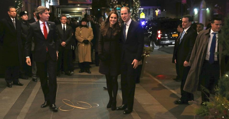 7.dez.2014 - O príncipe William e a sua mulher Kate Middleton, duquesa de Cambridge, chegam ao hotel Carlyle, em Nova York (EUA), neste domingo (7). Eles estão em sua primeira visita a cidade de Nova York, uma rápida viagem que inclui visitas a um centro de desenvolvimento infantil no Harlem e do Museu e Monumento do 11 de Setembro