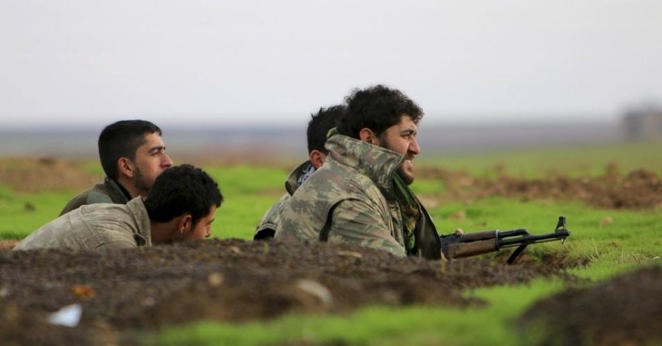 7.dez.2014 ? Lutadores curdos das unidades de proteção populares tomam suas posições neste domingo (7) em uma trincheira contra os combatentes do grupo Estado Islâmico (EI) em Ras al-AIn, na Síria. As tropas sírias repeliram um ataque lançado pelo grupo jihadista Estado Islâmico (EI) contra um aeroporto militar estratégico na província oriental de Deir Ezzor, informou uma ONG