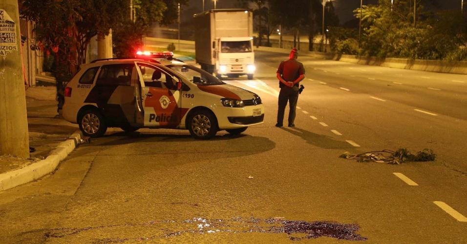 8.dez.2014 - Seis jovens foram baleados na madrugada desta segunda-feira (8) em dois casos ocorridos na avenida Jacu-Pêssego, na zona leste de São Paulo. Duas vítimas não resistiram e morreram. Segundo a polícia, nos dois casos, criminosos passaram de carro atirando aleatoriamente nas vítimas. Ninguém foi preso e a polícia ainda não sabe a motivação dos crimes