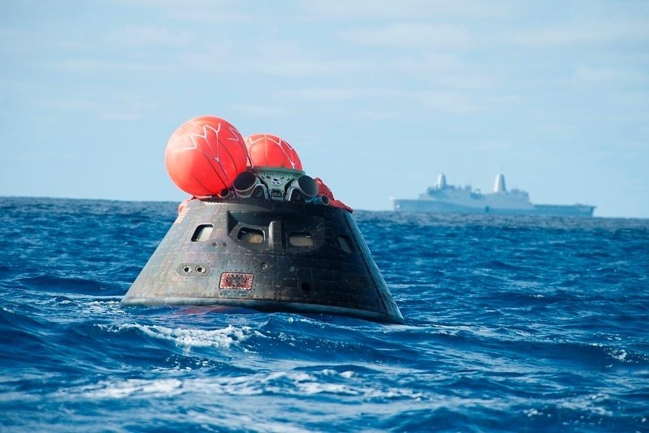8.dez.2014 - Em 5 de dezembro, a cápsula Orion fez seu primeiro voo de testes no espaço: ela chegou a 6.000 km acima da Terra, fez duas órbitas e voltou à atmosfera, caindo em algum lugar no Oceano Pacífico. No mesmo dia, a marinha dos Estados Unidos capturou o módulo de tripulação da Orion usando o navio anfíbio USS Anchorage, e o encaminhou para a base naval em São Diego. Após estudos e testes, a espaçonave poderá, quem sabe um dia, transportar uma tripulação humana para Marte ou para um asteroide