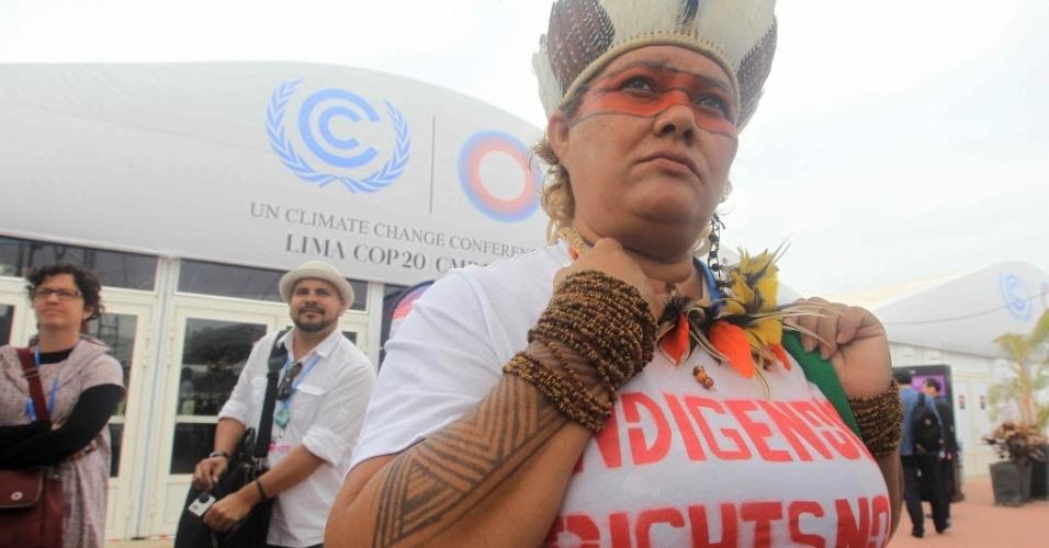 8.dez.2014 - Líderes indígenas protestam nesta segunda-feira (8) na Conferência do Clima em Lima (COP-20), contra um projeto de lei que afetaria a demarcação de terras indígenas e áreas protegidas no Brasil. O projeto de lei, conhecido como PEC 215, é uma proposta de emenda à Constituição brasileira, com o objetivo de mudar o marco letal sobre as terras indígenas