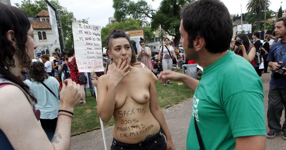 8.dez.2014 - Mulher sem blusa participa de convocatória da Marcha das Vadias, nesta segunda-feira (8), no parque Rodó, em Montevidéu, no Uruguai. Sob o lema