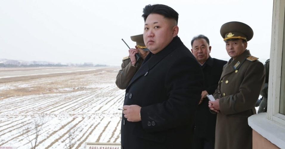 8.dez.2014 - O líder norte-coreano, Kim Jong-un, inspeciona base aérea em foto sem data divulgada pela KCNA (Agência Central de Notícias da Coreia do Norte), em Pyongyang, nesta segunda-feira (8)