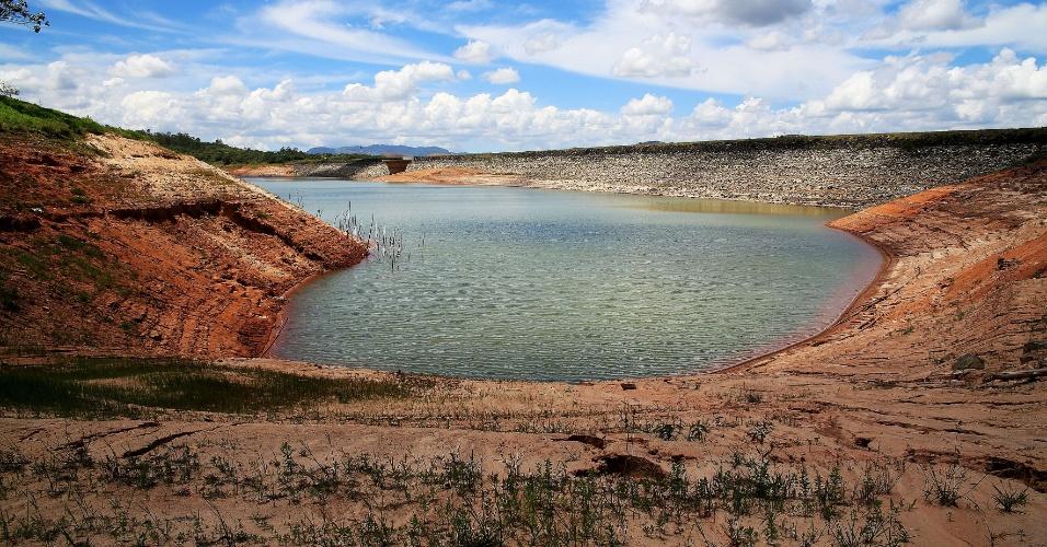 8.dez.2014 - Represa de Paraibuna, às margens da rodovia dos Tamoios (SP-99), na manhã desta segunda-feira. O rio Paraibuna compõe o sistema Cantareira que, segundo a Sabesp, opera com 7,8% da sua capacidade total incluindo a segunda reserva técnica