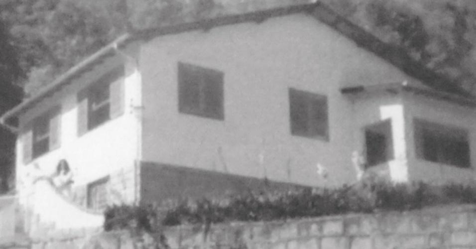 A chamada Casa da Morte de Petrópolis (RJ), em foto de novembro de 1973, quando estava em atividade. A casa foi um centro clandestino de tortura, execuções e desaparecimentos forçados, criado, organizado e mantido pelo Centro de Informações do Exército (CIE). A casa situava-se na rua Arthur Barbosa, no bairro de Caxambu, e foi cedida em 1971 pelo proprietário à época, Mario Lodders, ao ex-comandante da companhia aérea Panair e ex-interventor de Petrópolis, Fernando Aires da Mota