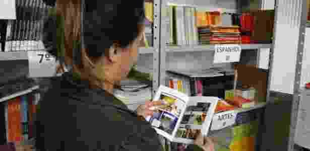 Mãe de aluno do Colégio Pio XII escolhe livro didático na sala da Bibliotroca - Divulgação