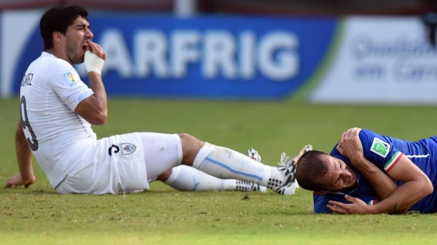Mordida do uruguaio Luis Suárez no zagueiro da Itália Giorgio Chiellini - Javier Soriano/AFP
