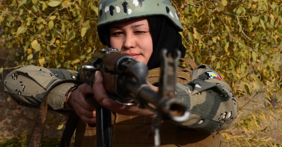 Quem se arrisca a cruzar a fronteira vigiada por esta policial afegã?