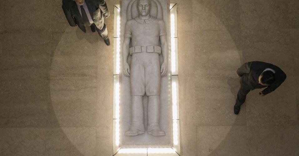 9.dez.2014 - A outra parte do monumento reinaugurado nesta terça-feira é a cripta em forma de cruz, onde são encontrados quadros da Via Crucis, 800 urnas funerárias que abrigam os restos mortais dos heróis e uma capela