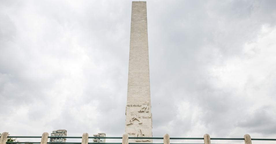 9.dez.2014 - A parte épica do mausoléu dos combatentes da Revolução de 32 é representada pelo obelisco de 72 metros de altura que ostenta, em suas quatro faces, grupos em alto-relevo e uma inscrição do poeta Guilherme de Almeida, numa ode em pedra aos combatentes de 1932