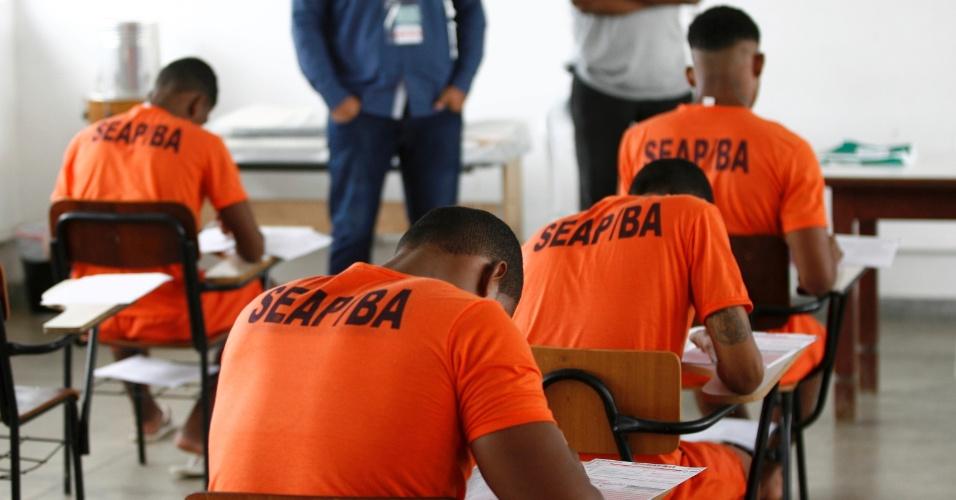 9.dez.2014 - A prova do Enem (Exame Nacional do Ensino Médio) de 2014 foi aplicada nesta tarde desta terça-feira (9) para candidatos presidiários em todo o país. Na foto, detentos de um presídio de Salvador (BA) fazem o exame