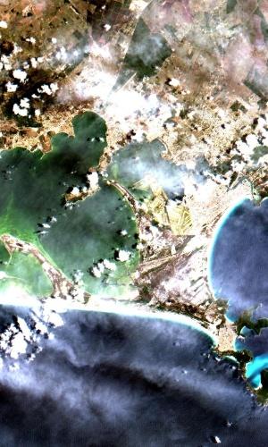 Cabo Frio e Arraial do Cabo (litoral norte do Rio de Janeiro) e foram produzidas pela câmera Mux, que está acoplada ao Cbers-4, e é a primeira câmera para satélite inteiramente desenvolvida e produzida no Brasil. O equipamento registra imagens no azul, verde, vermelho e infravermelho, em faixas distintas, para uso em diferentes aplicações, como o monitoramento dos setores agrícolas, florestal e no controle do meio ambiente