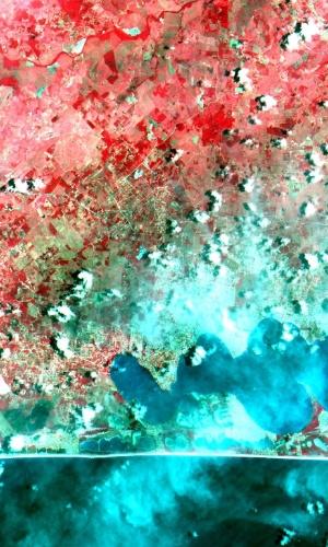 9.dez.2014 - As imagens captadas pelo satélite Cbers-4, desenvolvido em parceria do Brasil com a China, são da região de Cabo Frio e Arraial do Cabo (litoral norte do Rio de Janeiro) e foram produzidas pela câmera Mux, que está acoplada ao Cbers-4, e é a primeira câmera para satélite inteiramente desenvolvida e produzida no Brasil. O equipamento registra imagens no azul, verde, vermelho e infravermelho, em faixas distintas, para uso em diferentes aplicações, como o monitoramento dos setores agrícolas, florestal e no controle do meio ambiente