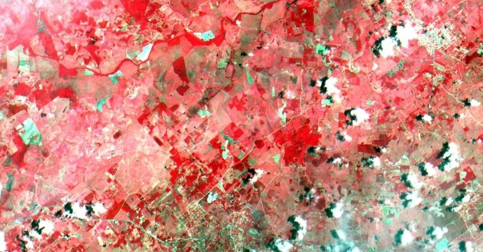 9.dez.2014 - As imagens captadas pelo satélite Cbers-4, desenvolvido em parceria do Brasil com a China, são da região de Búzios (litoral norte do Rio de Janeiro) e foram produzidas pela câmera Mux, que está acoplada ao Cbers-4, e é a primeira câmera para satélite inteiramente desenvolvida e produzida no Brasil. O equipamento registra imagens no azul, verde, vermelho e infravermelho, em faixas distintas, para uso em diferentes aplicações, como o monitoramento dos setores agrícolas, florestal e no controle do meio ambiente