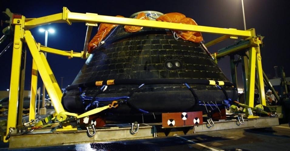 9.dez.2014 - Cápsula espacial Orion, da Nasa (agência espacial americana), é transportada para a base naval de San Diego, na Califórnia. A cápsula pousou no oceano Pacífico depois de realizar seu primeiro voo de testes. A nave é a primeira cápsula americana projetada para levar seres humanos ao espaço exterior desde as missões Apolo, que há quatro décadas transportaram o homem à Lua